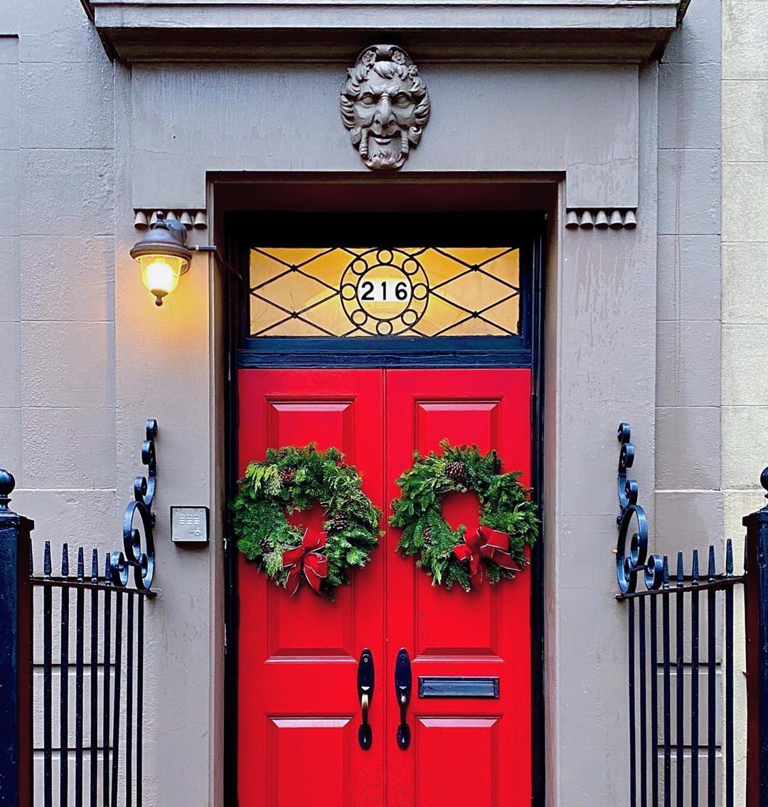 """Laurel Benedum on Instagram: """"All I want for Christmas is an UES townhouse. 🎅🏻 #ihavethisthingwithdoors #christmasinnewyork 🎄🚖✨"""""""