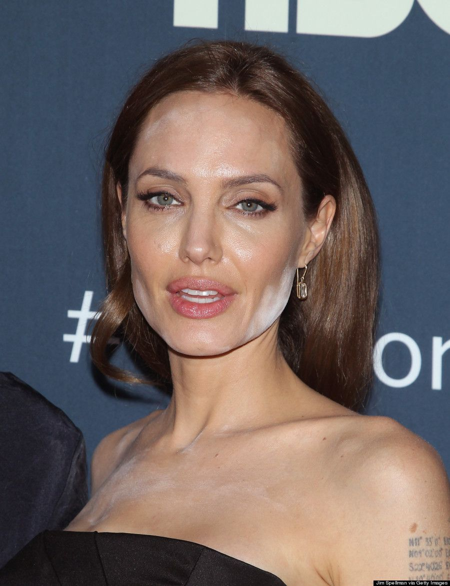 Angelina Jolie Had A Powder Disaster On The Red Carpet! #makeupblunder