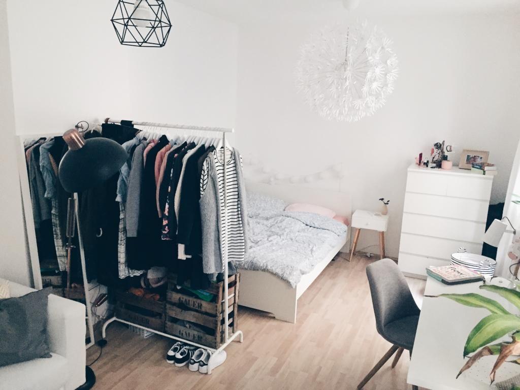 tolles zimmer im wiesbadener westend mit stylischen lampen und kleiderstange ideen f rs wg. Black Bedroom Furniture Sets. Home Design Ideas