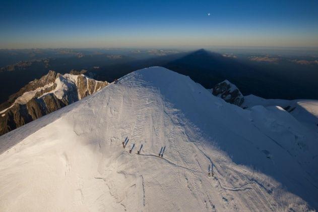Yannarthusbertrand2 Org Fond D Ecran Gratuit A Telecharger Download Free Wallpaper Cordee Au Sommet Du Mont Blan Haute Savoie Vue Du Ciel Vallee D Aoste
