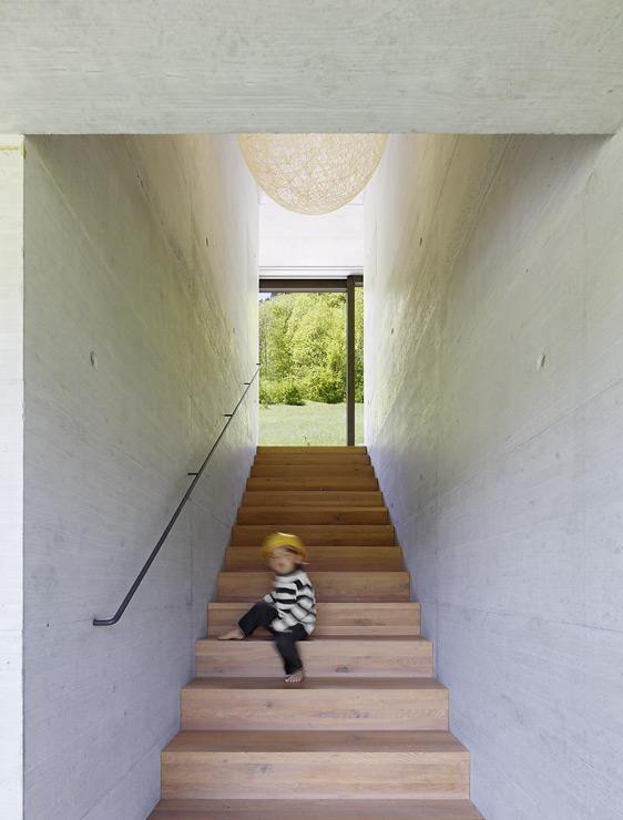 Familiendomizil Am Hang: Schmale Treppe Verbindet Die Etagen