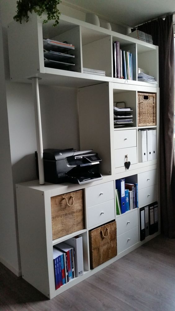 15 Super Smart Ways to Use the IKEA Kallax Bookcase Büros - drahtkoerbe stauraum ideen einrichtung