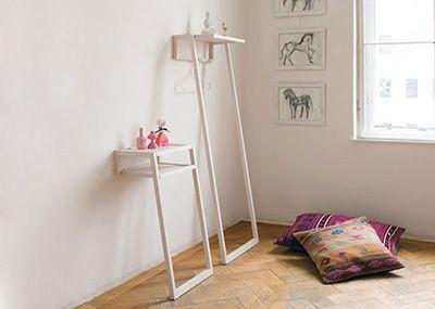 Staple Konsole von Studio Taschide ist ein formschönes Möbel zum Anlehnen an die Wand.
