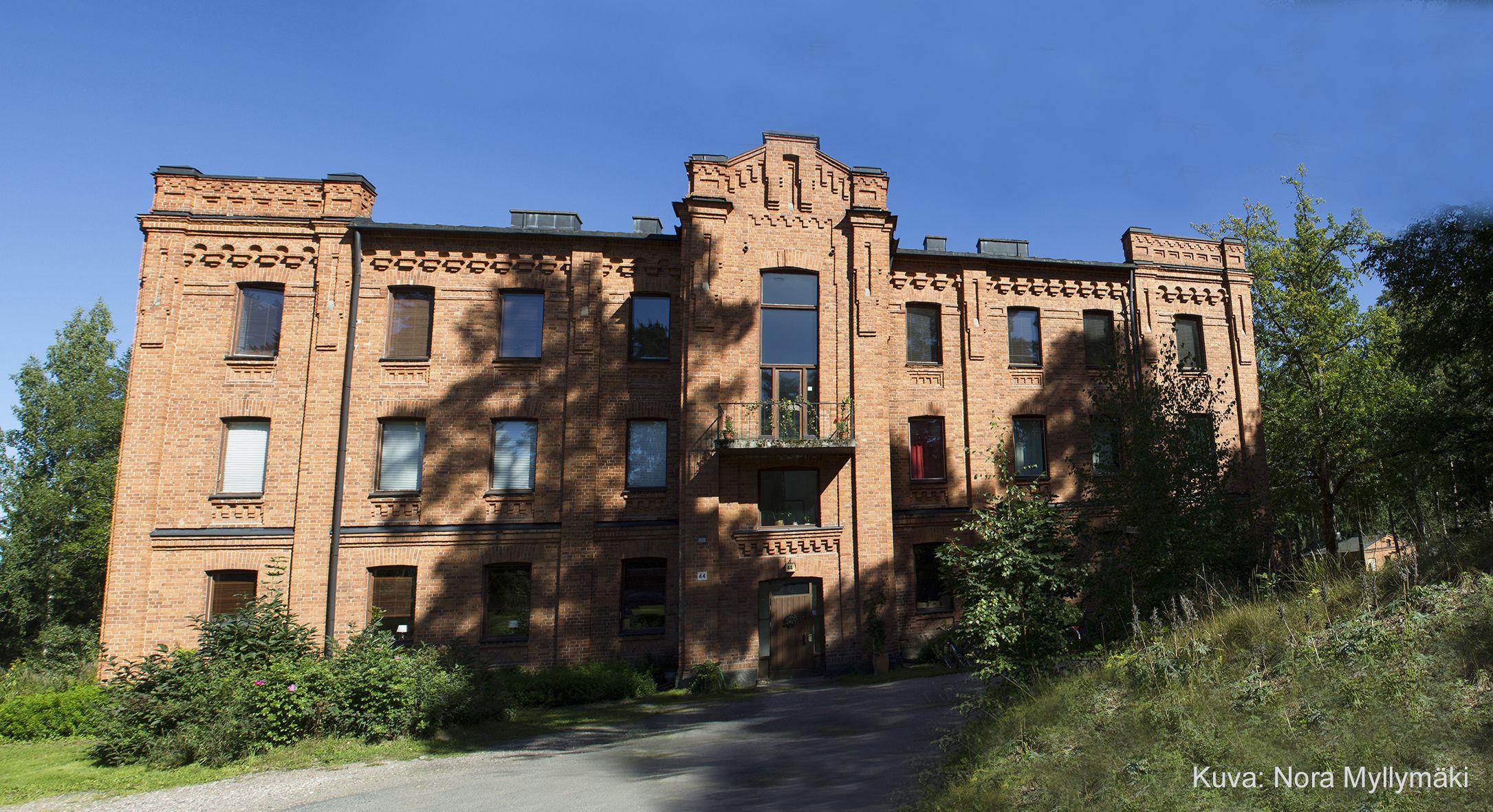 Nykyään yksityisomistuksessa oleva entinen Taka-kasarmin asuinalue, kuvassa Varuskunta rak. 44, Riihimäki. Kuva: Nora Myllymäki