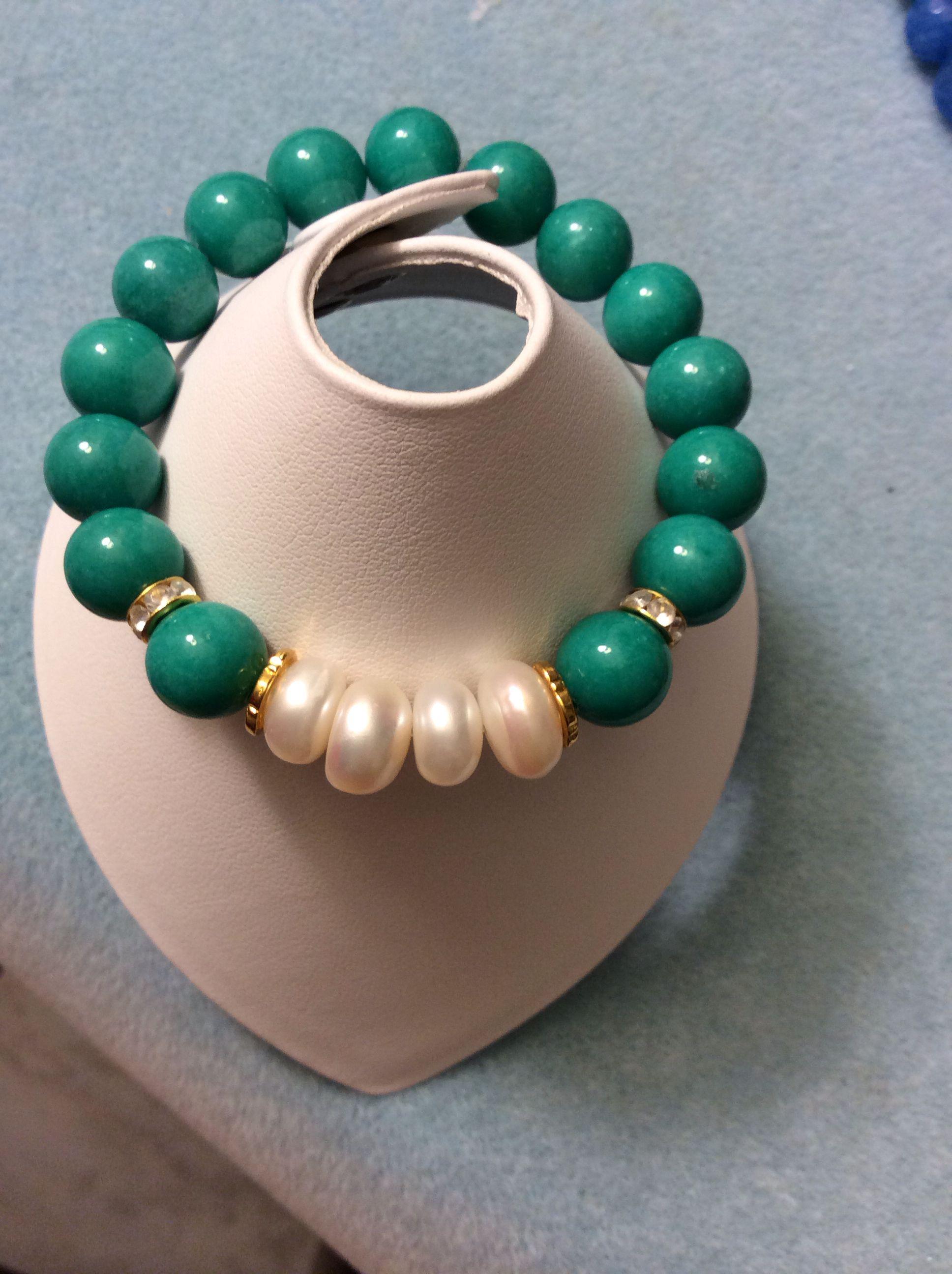 Hermosa pulsera tono verde con perlas cultivadas en agua dulce.