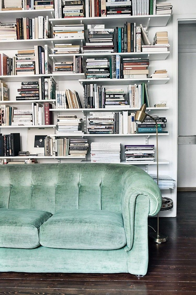 wohnzimmer regal hinter sofa großes bücherregal  Tiny house decor