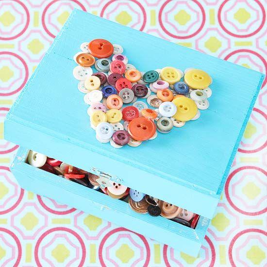 un coeur en boutons multicolores sur la boite à bijoux
