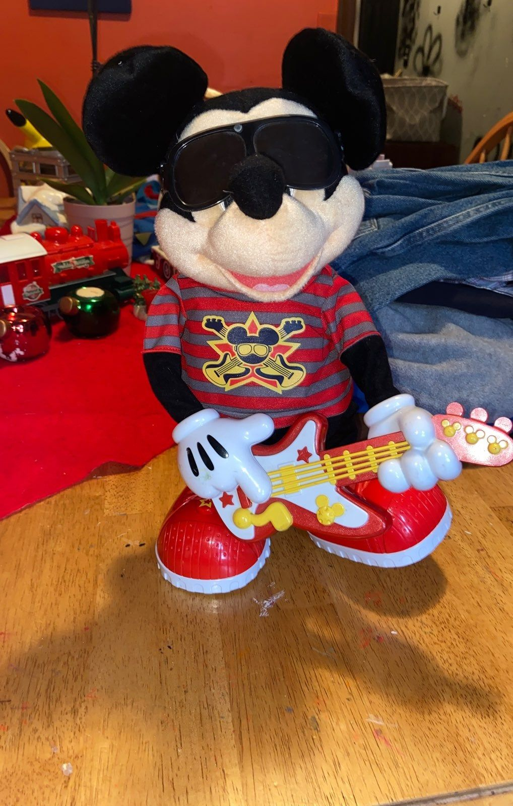 Rock 'n' roll Mickey Mouse electronica toy with movement
