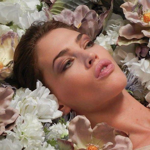 Una cama de flores para presentarte nuestro Festival de Fragancias y Belleza. - El Palacio de Hierro