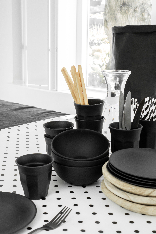 Eetkamer eettafelstyling met tafelkleed tafelzeil wit met zwarte stip en woonaccessoires hout en zwart #woonaccessoires
