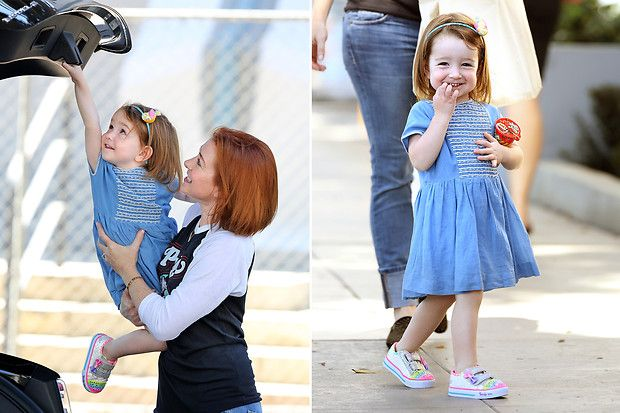 Star-Kinder: 14. September 2014: Alyson Hannigan lässt Töchterchen Keeva die Kofferraumklappe ihres Autos zumachen.