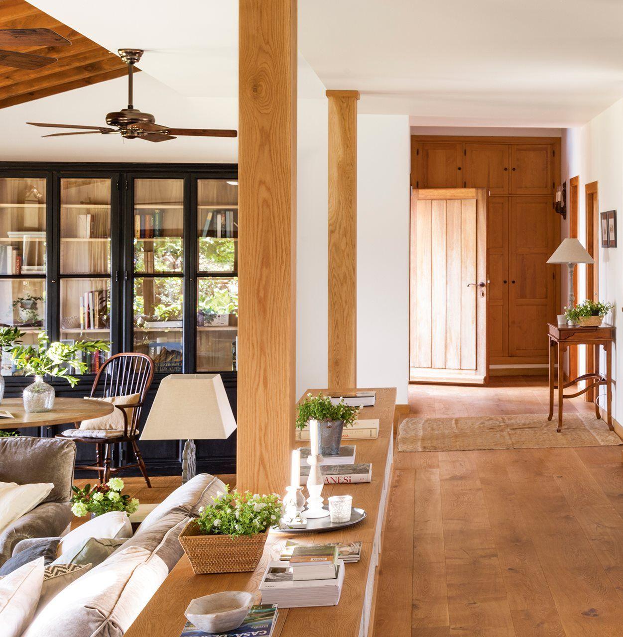 Hacia el recibidor recibidor columnas de madera y columnas - Salones con columnas ...