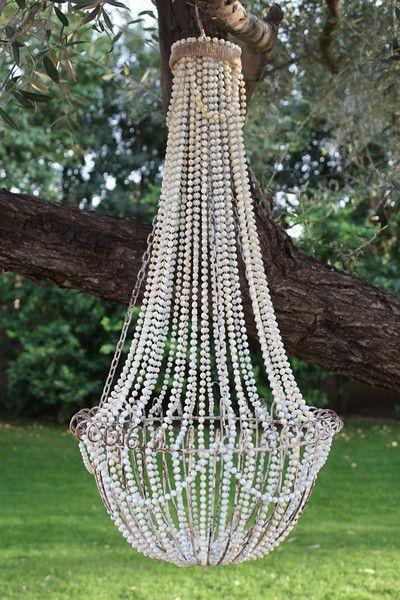 Chandelier aus Perlen und einem hängenden Drahtkorb. Geniale Idee.