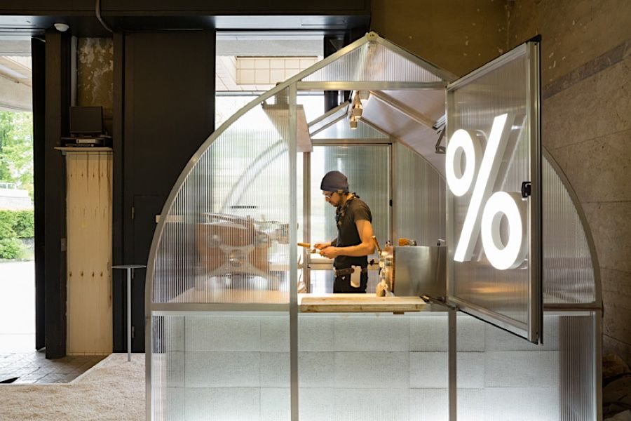 Eine winzige Kaffee-Kabine für eine Kunstausstellung im japanischen ...