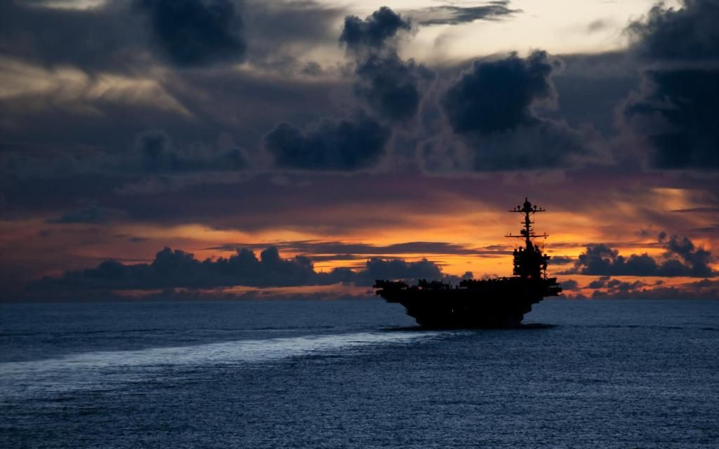 USS George Washington no crepúsculo