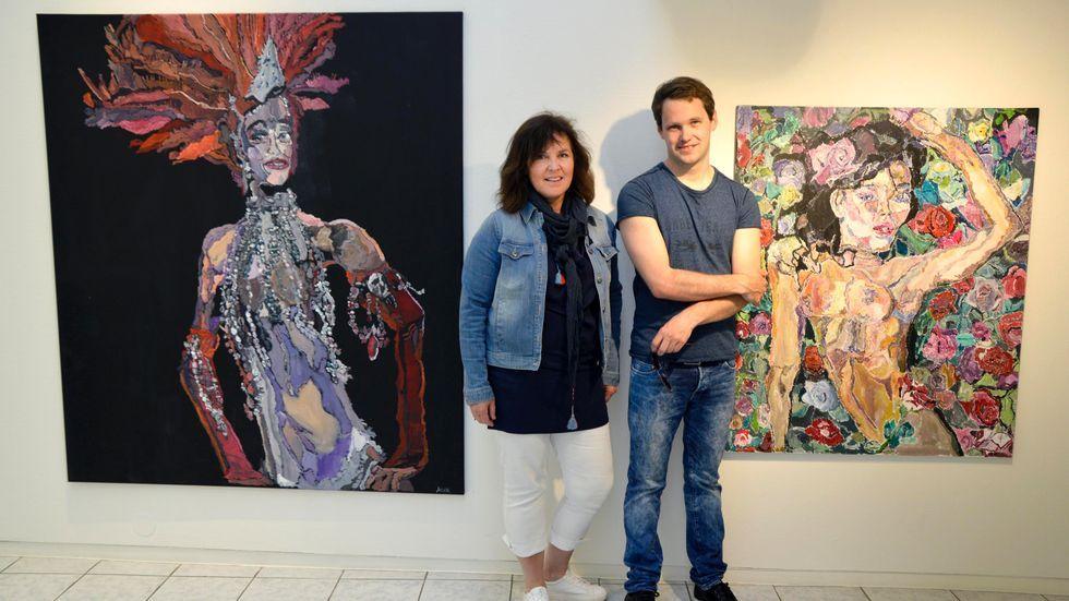Andreas Widerøe Hagen stiller ut 30 verk hos Galleri Ismene i sommer. Her sammen med mor Kristin Widerøe (Foto: Annemona Grann)