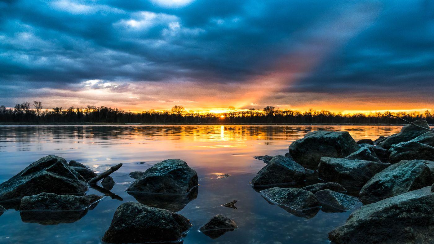 +++ Lichtblick +++ Sonnenuntergang am Rheinufer bei Schwanau-Nonnenweier. http://bit.ly/1MMl8Qm