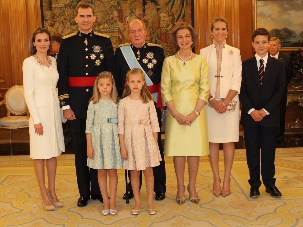 El Rey Felipe VI recibe la Faja de Capitán General, antes de la Sesión Solemne de Juramento y Proclamación