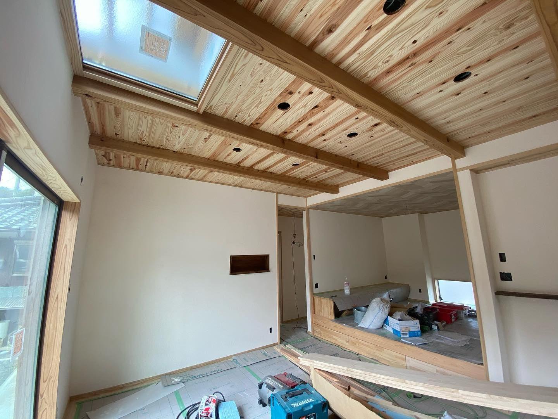 家事が楽 家族が快適に暮らせる木の家 左官屋さんよる自然素材の塗り壁仕上げ完了 調湿 消臭効果 一気に空気感変わる 家は居心地が1番大事