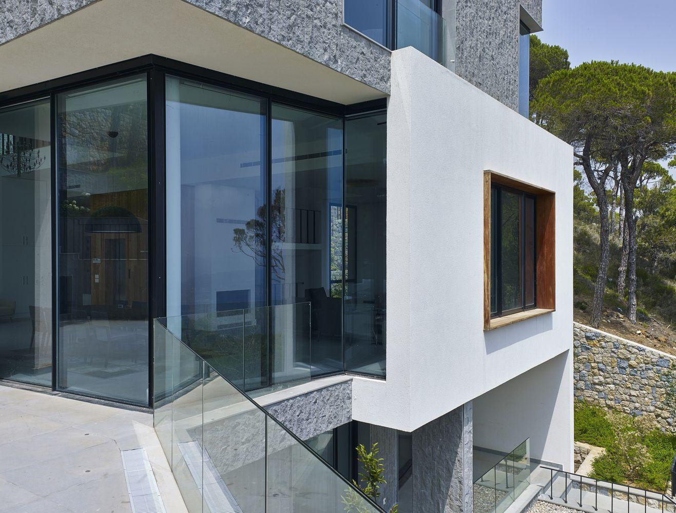Gallery of Hillside Villa / Joe Serrins Studio 8