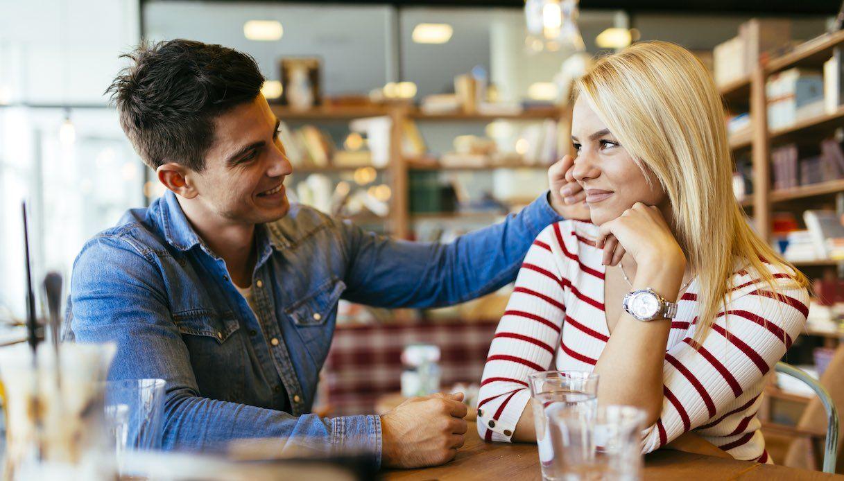 Ci sono dei gesti, in una coppia, che contano più di mille parole: sono le carezze e gli sguardi inaspettati, che dimostrano quanto lui ti ama.