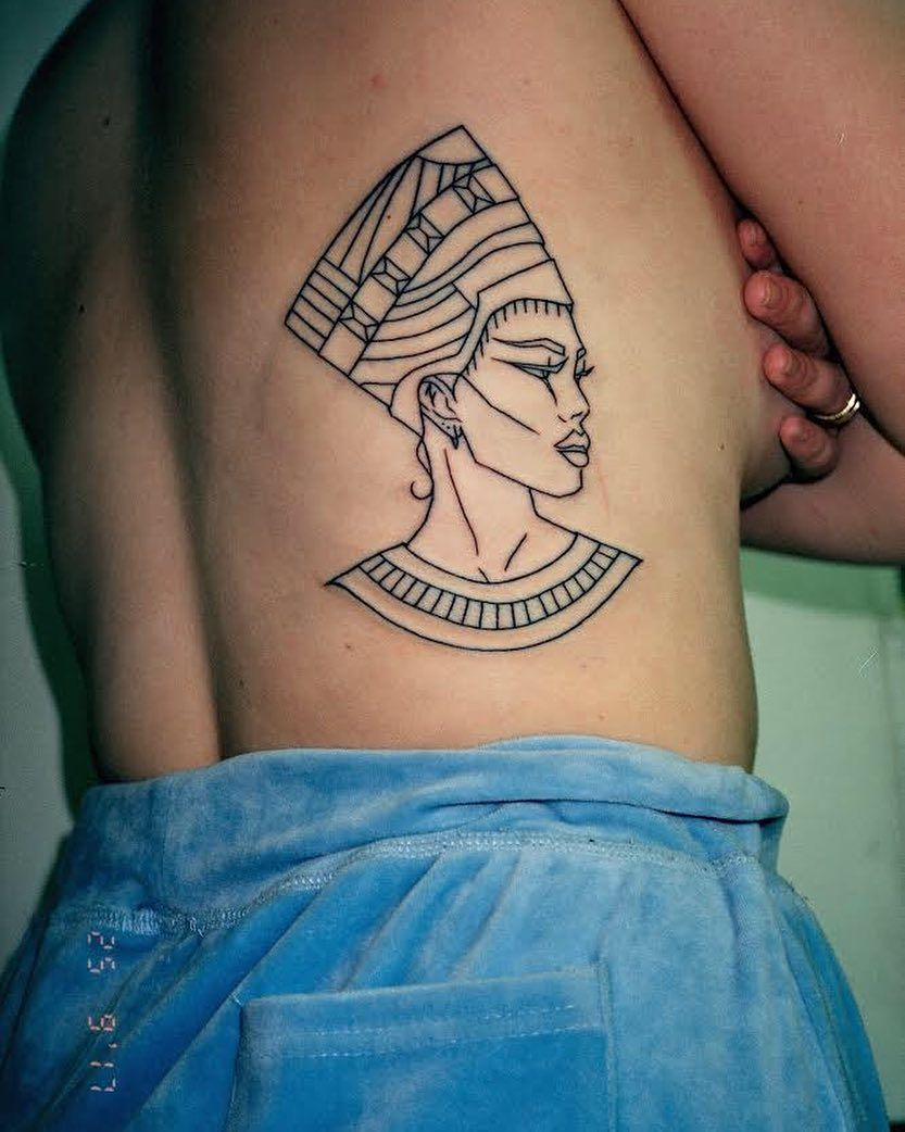 Gefallt 3 365 Mal 23 Kommentare Madame Buraka C 2013 Burakatattooflash Auf Instagram Lyon Burakatattooflash Minimalist Tattoo Nefertiti Tattoo Tattoos