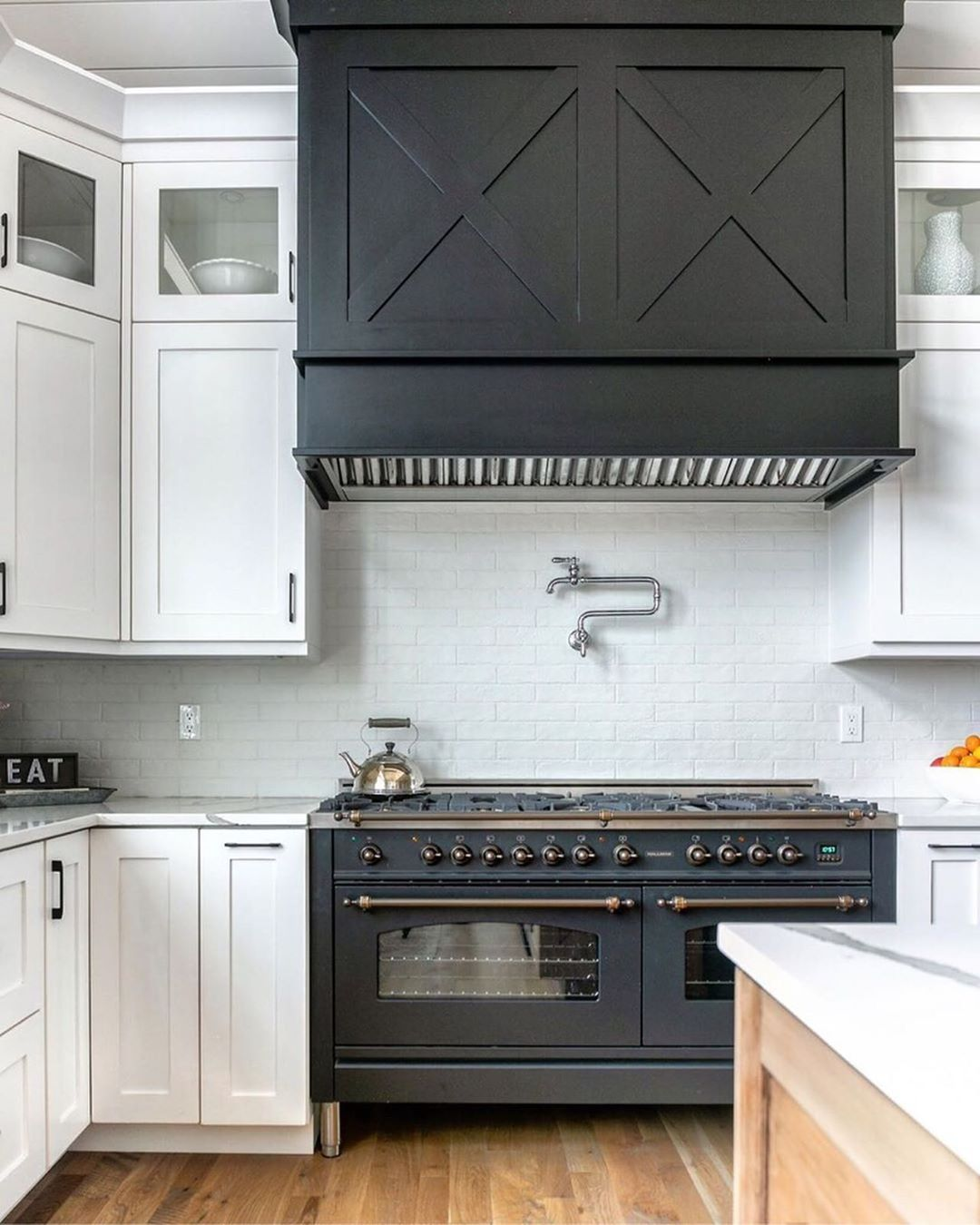 Loving This Farmhouse Kitchen Designed By Gowlerhomes Using Our Sequel Quartz In Color Statuario Farmhouse Kitchen Design Kitchen Design Farmhouse Kitchen