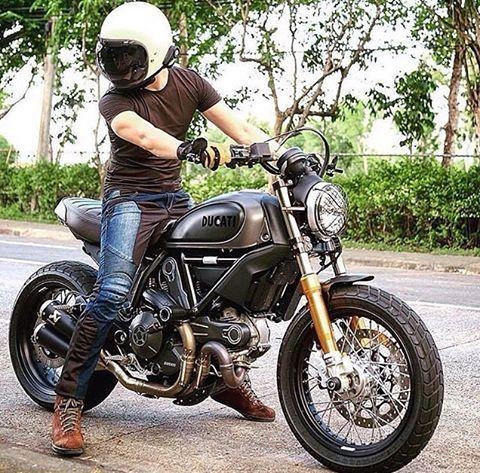 Monday Madness!   Sick Ducati scrambler with @moto_banker sporting a @biltwell Gringo! • • @little_madis0n • • #goodvibesonly #ducati #ducatiscrambler #biltwell #biltwellgringo #retro #caferacer #returnofthecaferacers #motorwerks #motorwerksasia #rideinsin