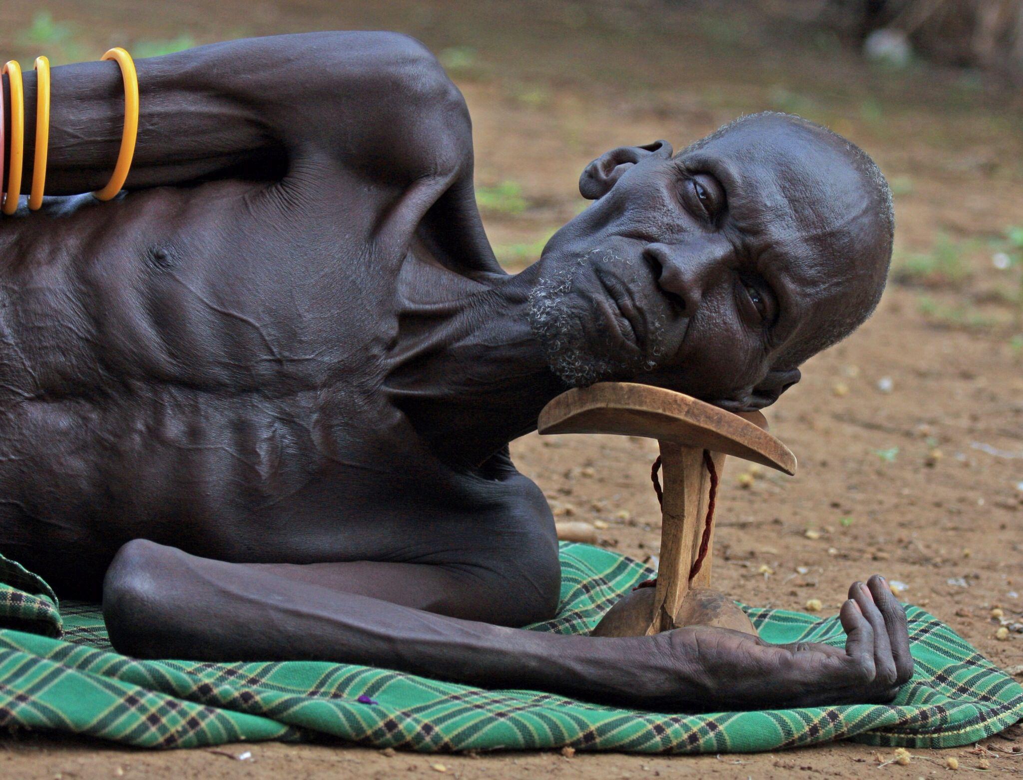Ethiopische Herder Sleeping On His Headrest Faces Of