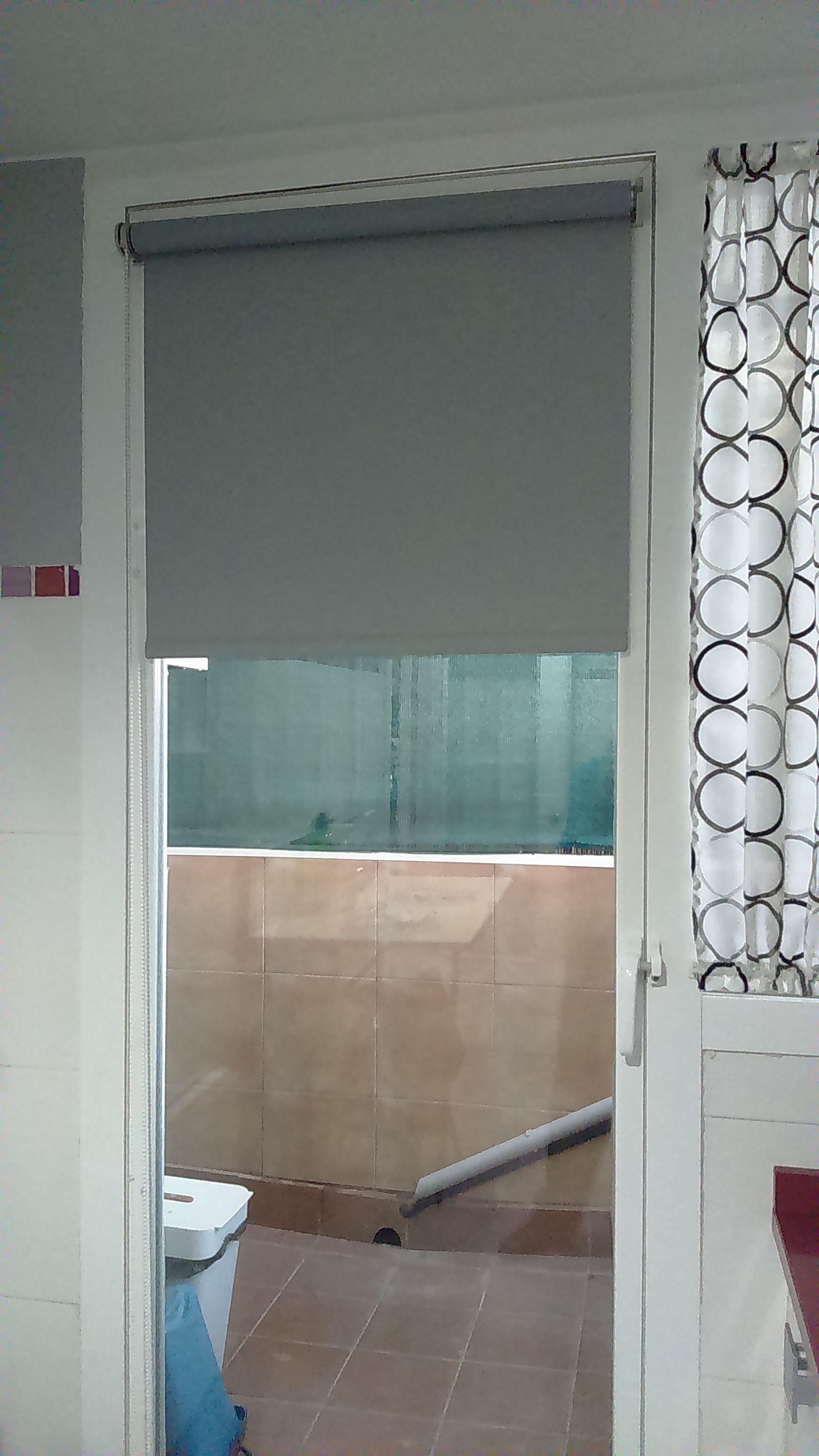 Estor enrollable aotrnillado a hoja de puerta estores for Cortinas opacas blancas