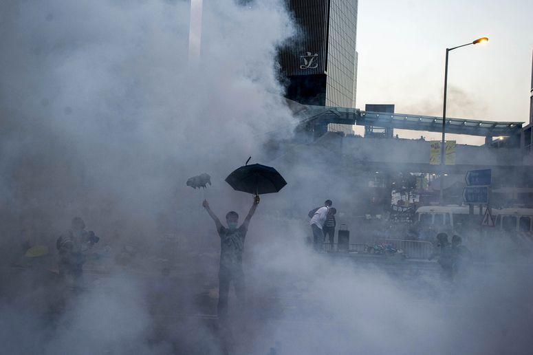 10 Dramatic Photos That Show The Protests And Crackdown In Hong Kong Hong Kong Central Hong Kong Surreal Photos