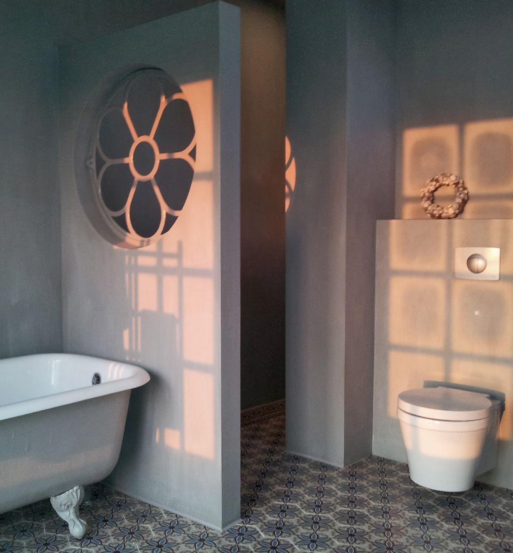 oud rond stalraam sfeervol hergebruikt in de badkamer badkamer