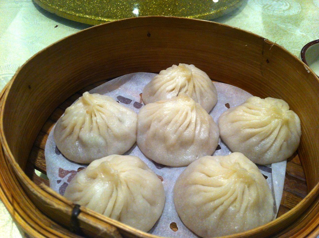 Esses são os famosos dumplings. São mais tradicionais de Cantão (sul da China). Mas tb é bem comum em Shanghai. No Yu Gardens (ou Yu Yuan - ver 'Lugares') eles oferecem os que são considerados uns dos melhores dumplings da cidade.