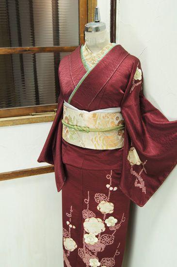 深い葡萄紅色に、ふっくらとした鹿の子の本絞りと贅沢な刺繍で描き出された梅の花枝が美しい付下げ着物です。