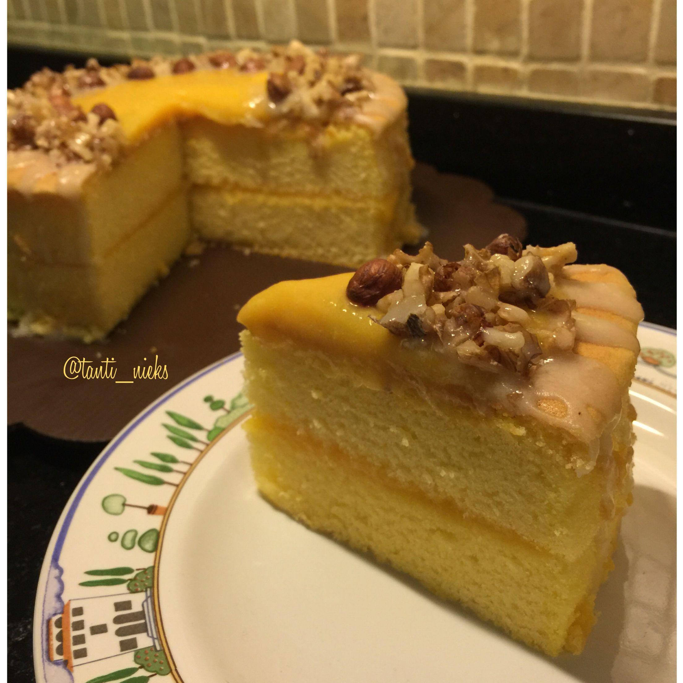 Lemon cake with lemon curd