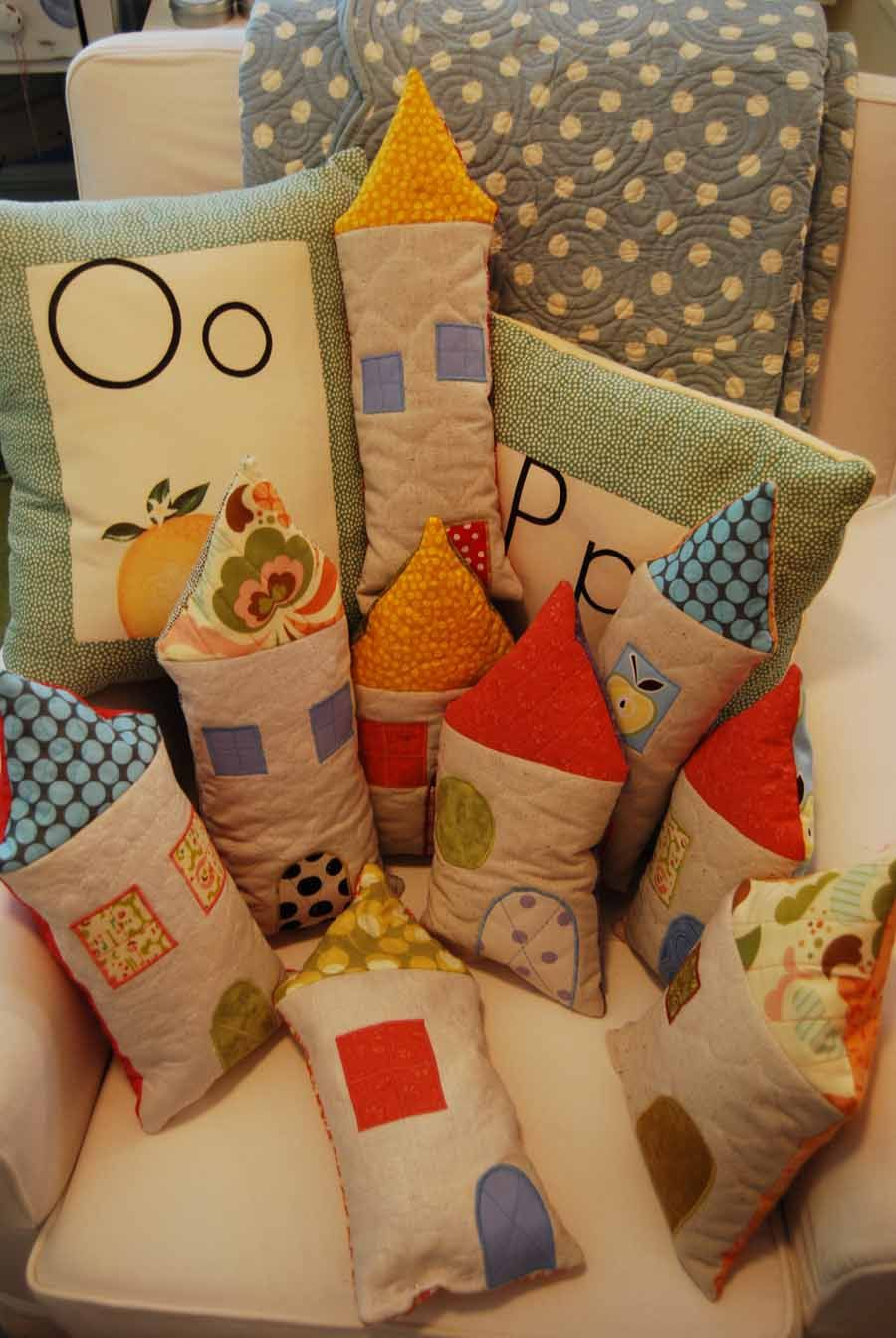 cute pillow houses. No tutorial given, but I'm sure it would be easy to whip these up.