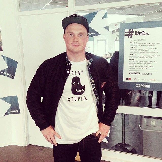 Seje Bjarne Christensen fra Stupid Studio delte disse flotte t-shirts ud, til de KEA studerende der stillede de bedste spørgsmål efter et vellykket foredrag på Lygten 37 #keaweekstory #keaweek #stupidstudio