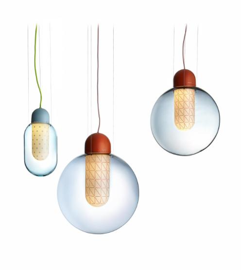 Deze hanglamp heeft twee lagen mondgeblazen glas en kleurige geometrische details.