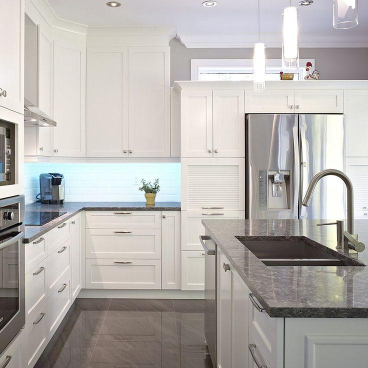 Vue intérieur de l'ilot de la cuisine contemporaine avec comptoir ...