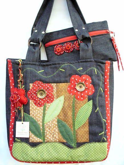 Bolsa Jeans (flores vermelhas)    Bolsa confeccionada em jeans, tricoline e algodão, forrada com manta acrilica e tecido de algodão, bolsos internos, ziper, apliques bordados nos dois lados da bolsa.  Ótimo acessório pra o seu dia-a-dia!  1 chaveiro de brinde.  (cada bolsa é única por isso pode ter variação nos tons)    FEITA SOB ENCOMENDA - PRAZO PARA CONFECÇÃO DE 15 A 20 DIAS ÚTEIS  (verifique a data disponível quando fizer seu pedido)    PRODUTO CONFECCIONADO EM AMBIENTE TOTALMENTE LIVRE…