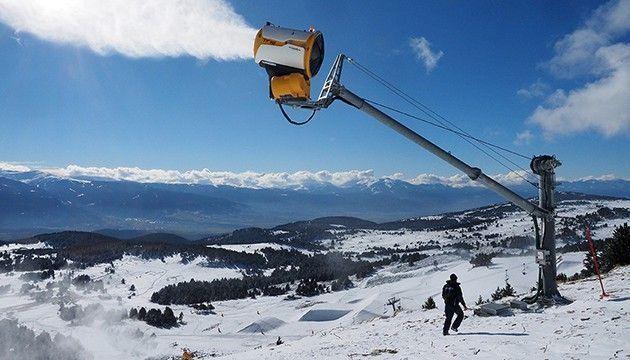 Canons à neige et folie douce : quand la montagne devient un triste parc d'attractions #neiged#39;hiver LE PLUS. Créer une piste couverte, enneigée artificiellement en dehors des périodes hivernales. C'est un projet qui devrait voir le jour à Tignes,en Savoie. Jusqu'où l'artifice l'emportera sur la préservation de l'environnement, à l'heure où s'ouvre la saison des sports d'hiver ? Tribune de l'écologiste Yves Paccalet. #neiged#39;hiver Canons à neige et folie douce : quand la monta #neiged#39;hiver