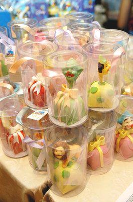 Lindos e deliciosos! Essa é a descrição perfeita para esta iguaria... Os mini bolos não só decoram,como servem também como lembrancinhas, Se...