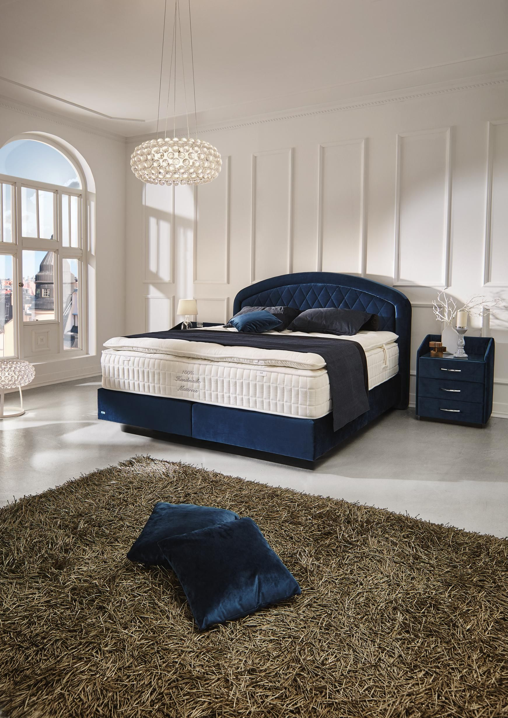 extravagantes boxspringbett in blau ihre komfortzone im. Black Bedroom Furniture Sets. Home Design Ideas