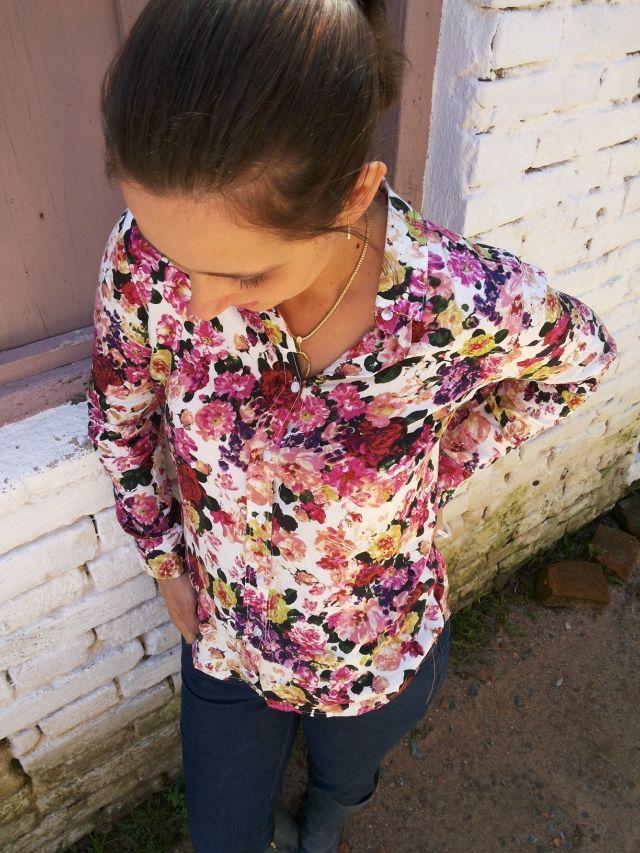 FEMINA - Modéstia e elegância: Camisa floral da Yoins com jeans e botas