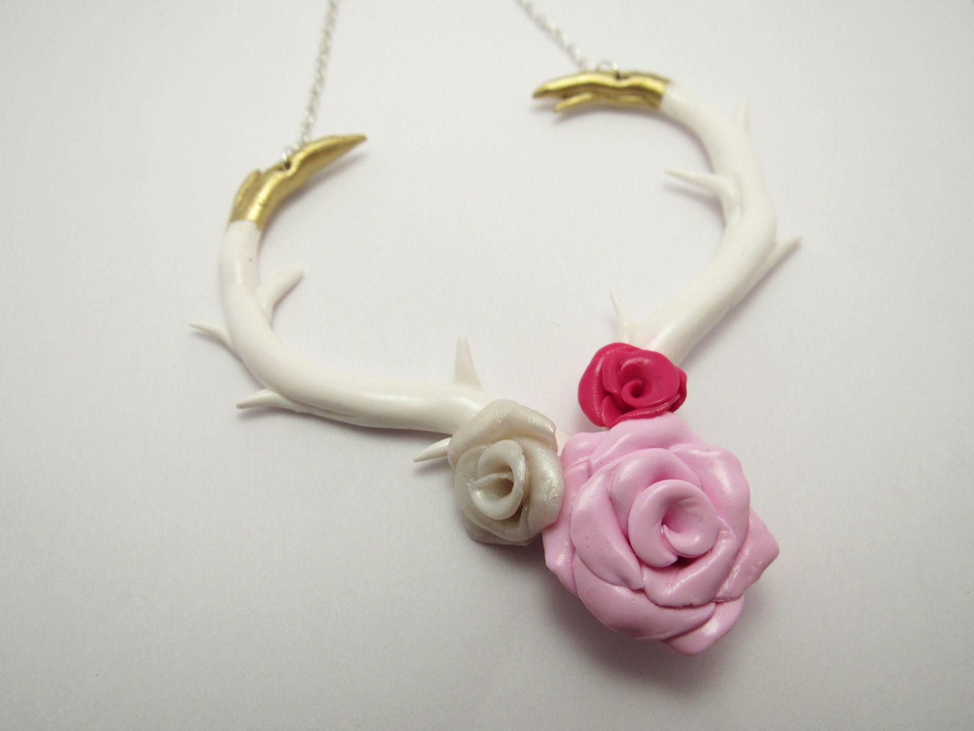 collier bois de cerf blanc et roses en p te fimo bois de. Black Bedroom Furniture Sets. Home Design Ideas