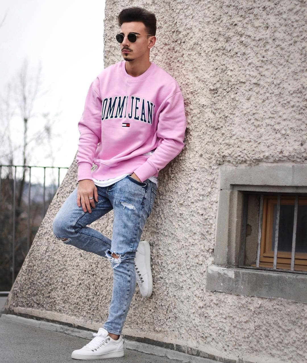 f0e3ef822904 Neon-tops-600x708 25 Outfits to Wear with White Sneakers for Men
