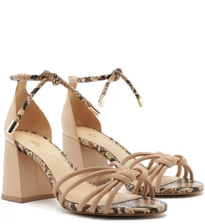 Estilo bonito de verão cor nude mulheres sandálias através