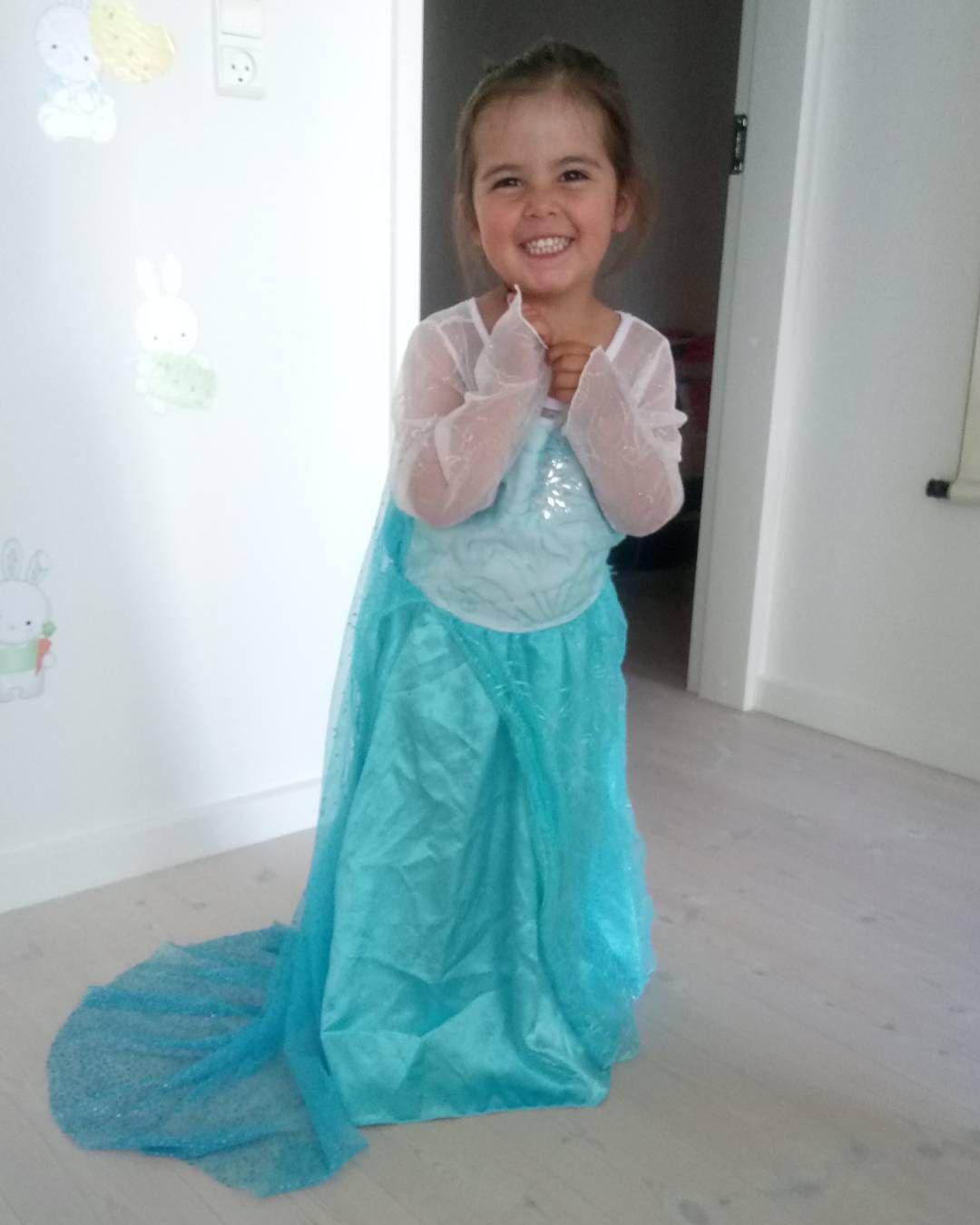 #frozen #elsa #prinsesse #sommersjov #leg #klædudtøjerdetsejeste #hygger #leger #letitgo ❤❤ http://misstagram.com/ipost/1555196823307394373/?code=BWVK0VhDZ1F
