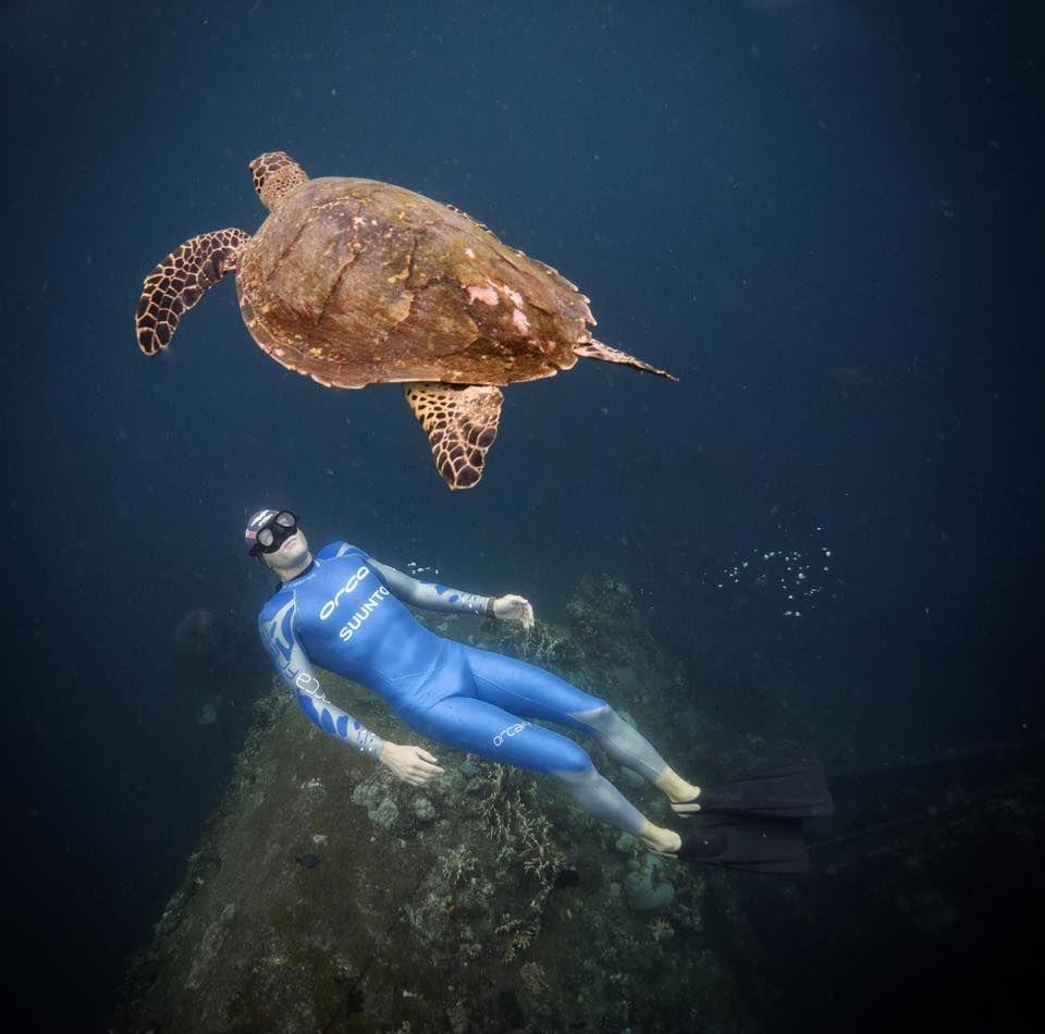 La imagen puede contener: nadar, exterior y agua