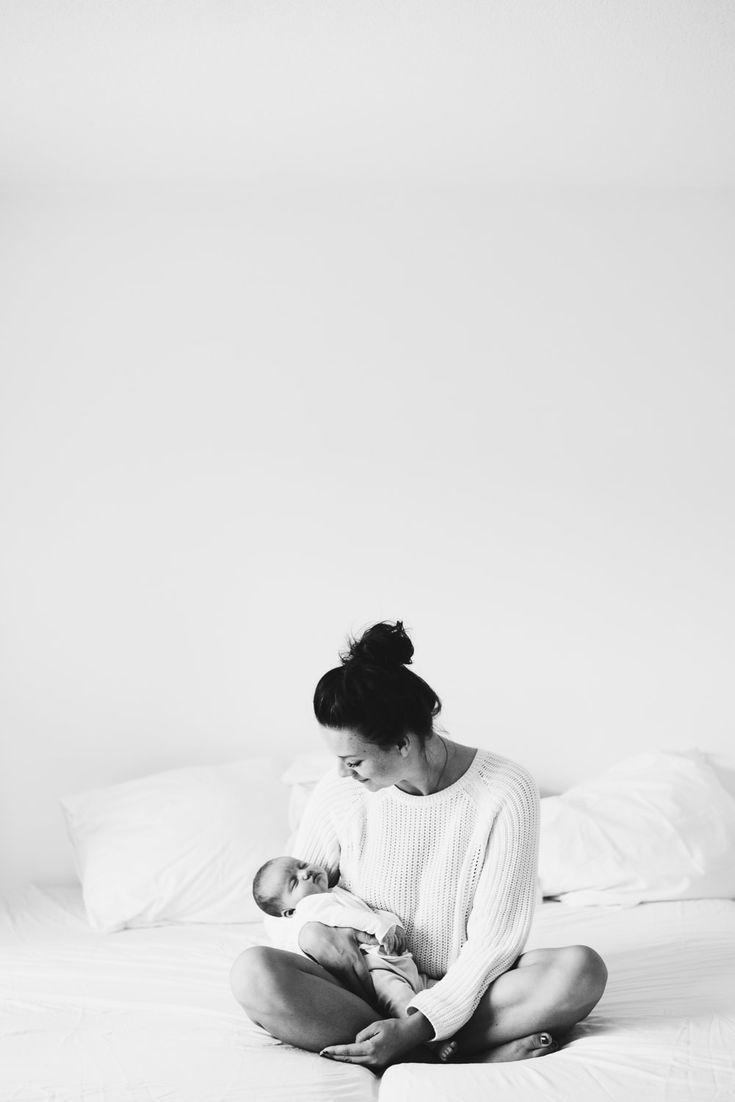 Newbornshoot Lifestyle Thuis – Minimal – Schwarz Weiß – Louise Boonstoppel Fotogr